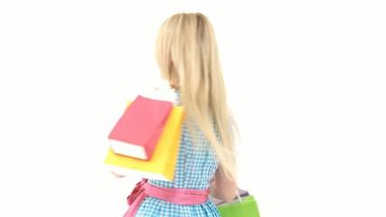 Frau im Dirndl mit Einkaufstaschen