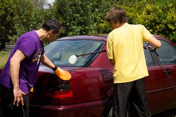 nettoyer la voiture en famille