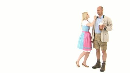 Frau im Dirndl und Mann in Lederhose