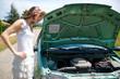 femme ennuyée - panne de voiture