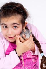 Fillette avec son petit rat dans les bras