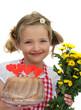 Mädchen hält einen Kuchen und Blumen 1