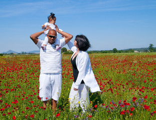 famille dans un champs de coquelicots