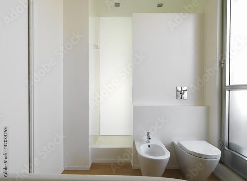 Bagno moderno con sanitari e doccia in muratura immagini - Bagno in muratura moderno ...