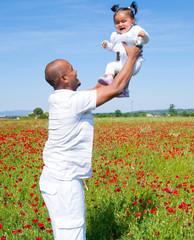 homme joyeux jouant avec son enfant