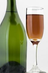 Botella con copa de vino