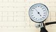 Blutdruckmessgerät und EKG Kurve