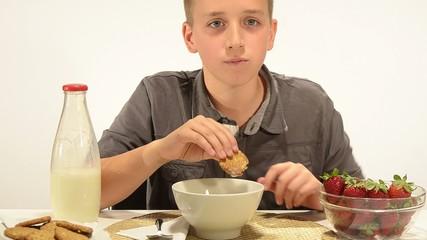 un ragazzo fa colazione