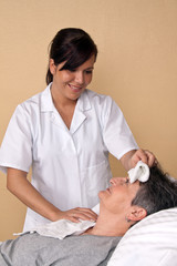 Pfleger wäscht einen Patienten
