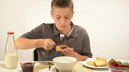 un bambino e la colazione