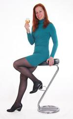Красивая девушка на барном стуле, с бокалом вина
