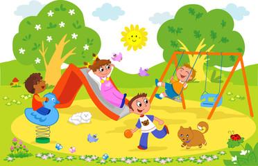 Bambini felici che giocano al parco giochi
