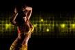 orientalische Tänzerin im goldenen Kostüm