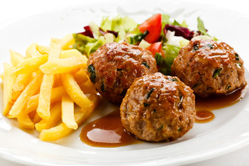 Roasted meatballs, chips and vegetable salad
