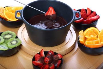 inzuppare una fragola nel cioccolato