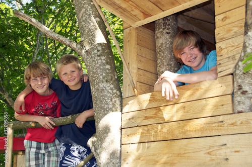 gruppe kinder im baumhaus von grafikplusfoto lizenzfreies foto 32099858 auf. Black Bedroom Furniture Sets. Home Design Ideas