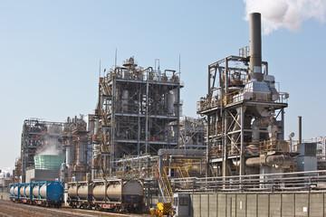 日本の石油精油所とタンクコンテナへの給油風景