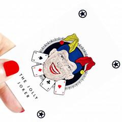 mano che tiene la carta del jolly