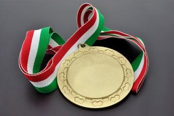 Medaglia d'oro con nastrino tricolore