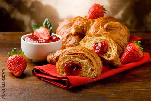 Croissant farcito alla marmellata di fragole