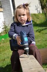 bébé jouant avec tournevis