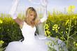 Braut im Rapsfeld