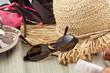 été à la plage : capeline, lunettes, maillots, tongs, crème ...