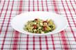 Pesto Nudelsalat mit Lauchzwiebeln, Tomaten und Schafskäse