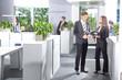 Kollegen kommunizieren im Büro