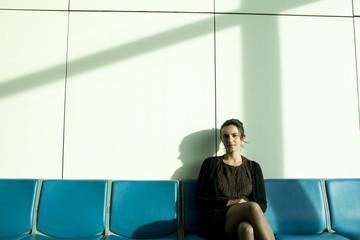 Hübsche Frau wartet am Flughafen