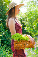 jolie femme dans le jardin