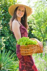 jolie femme souriante dans le jardin