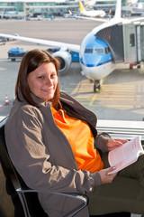 ragazza che legge in aereoporto