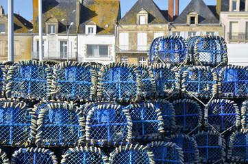 Casiers de pêche dans le port de Le Croisic en France