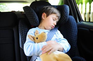 Kind schläft im Auto
