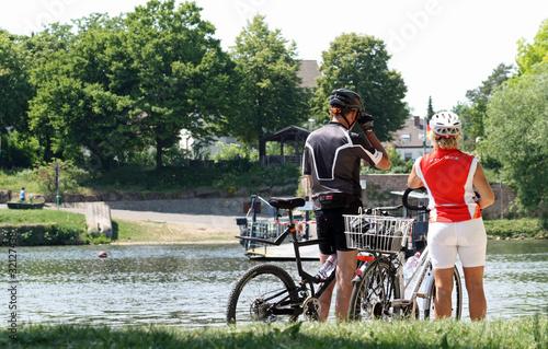 Radfahrer am Flussufer
