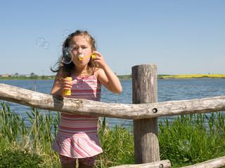 Kleines Mädchen macht Blubberblasen