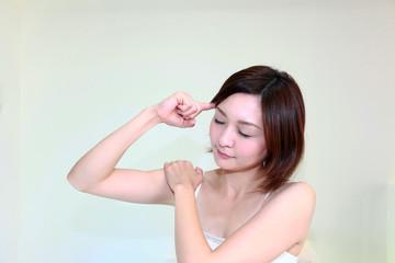 肩凝りと頭痛に悩む女性