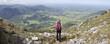 frau blickt vom breitenstein in oberbayern zu den alpen