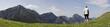 frau blickt zu den bayrischen bergen