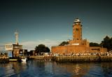 Architektura kołobrzegu ze statku. Port morski i latarnia.