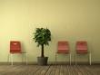 Rote Stühle vor brauner Wand