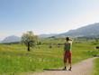 Wanderer in Frühlingslandschaft