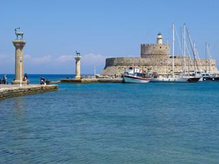 Ingresso del colosso nel porto antico di Rodi in Grecia