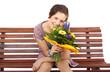 junge Frau hält Blumenstrauß