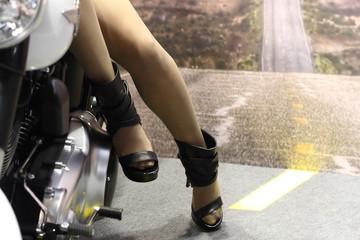 gambe di ragazza e moto