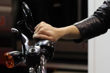 mano su acceleratore moto