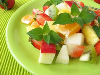 Obstteller mit Honigmelonen-Salbei dekoriert