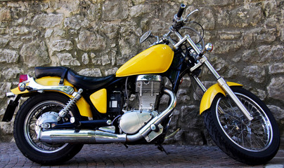 motocicletta custom gialla