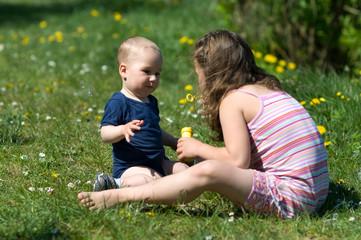 Kinder beim spielen mit Seifenblasen